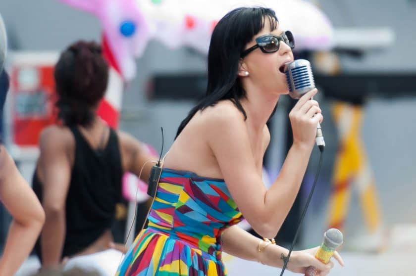 Katy Perry is a singer who smokes cigarettes