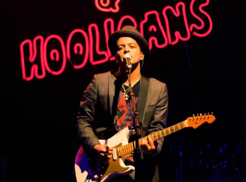 Does Bruno Mars smoke? He is a celebrities that smoke cigarettes